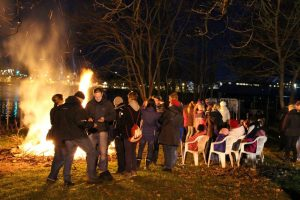 Osterfeuer am Ufer der Warnow (Foto: Bettina Schiller)